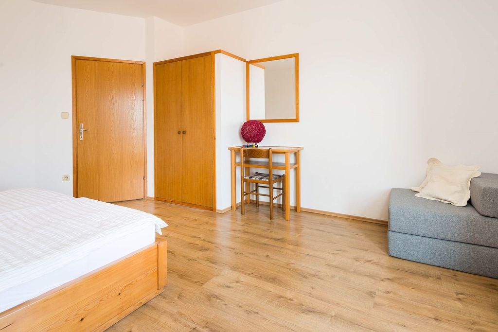 ferienwohnung ferienzimmer mit meerblick und klimaanlage in jelsa f r 3 personen 1. Black Bedroom Furniture Sets. Home Design Ideas