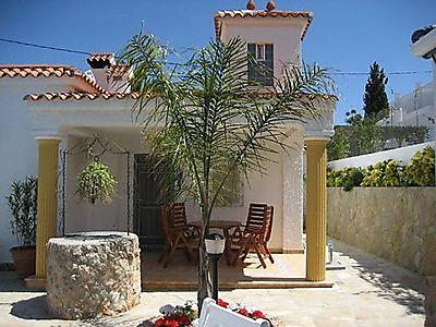 Haus 3 / Appartement mit überdachter Terrasse, Terrassenmöbel mit Polsterauflagen.