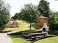 Schöne Grillstelle mit Sitzgelegenheiten im Ferienpark Falkenstein.