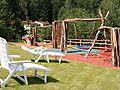Der neue Spielplatz im Ferienpark Falkenstein. Mit Liegen für die Eltern zum entspannen während die Kleinen spielen können.