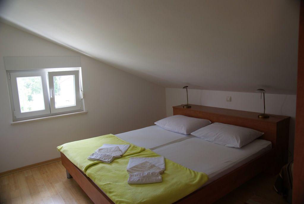 ferienwohnung mit moderner einrichtung und klimaanlage in selce f r 6 personen 3 schlafzimmer. Black Bedroom Furniture Sets. Home Design Ideas