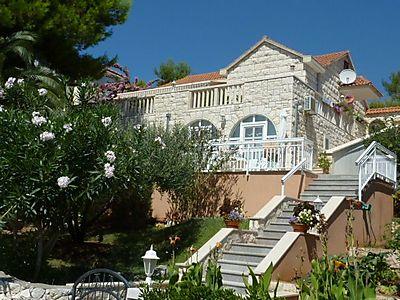 """VILLA-ANA-SUMARTIN  Herzlich willkommen auf der Kroatische """"PERLE DER ADRIA """"Insel Braè. VILLA ANA hat 2 wunderschönen Appartements mit allen möglichen Ausstattung, einschließlich Küche"""