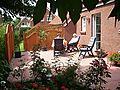 Unsere Südterrasse mit Eingang zur Küche. Hier ein Archivfoto. Inzwischen wurden die Gartenmöbel durch neue ausgetauscht.