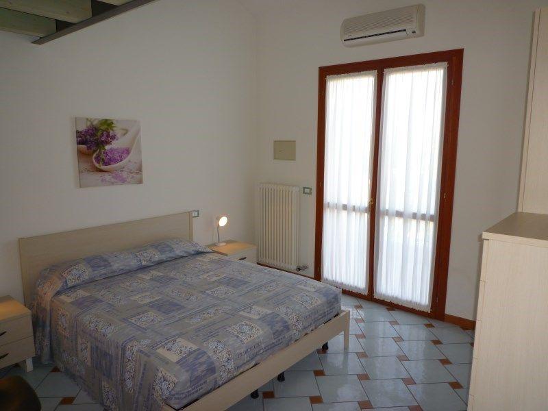 ferienwohnung residence le ginestre mit klimaanlage in cavallino f r 5 personen 2 schlafzimmer. Black Bedroom Furniture Sets. Home Design Ideas