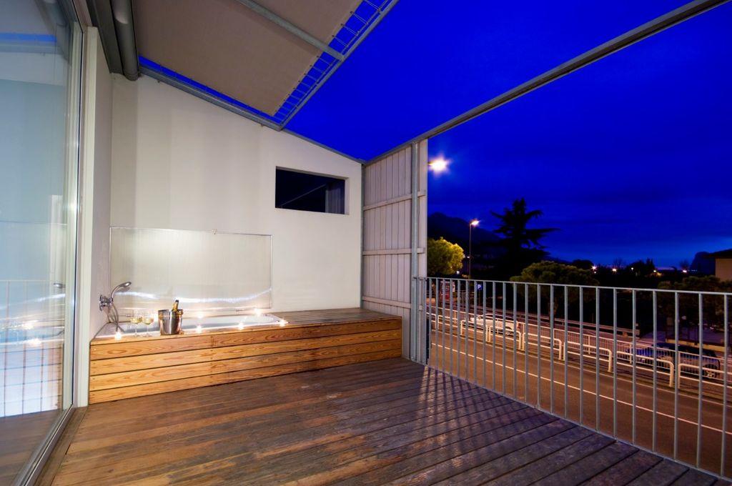 ferienwohnung mit whirlpool auf der terrasse in torbole. Black Bedroom Furniture Sets. Home Design Ideas