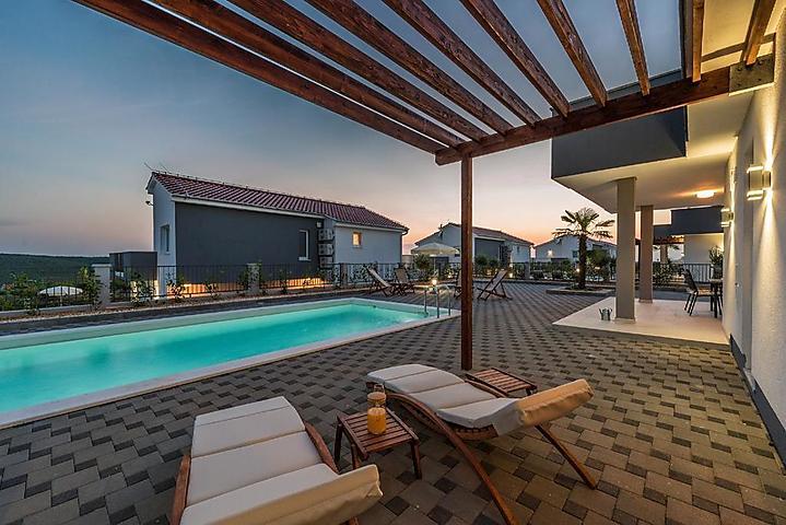 Ferienhaus villa dalmacija zwei schöne komfortable 4 zimmer villa mit meerblick pool und großen terrasse mit außengrill in sukošan für 10 personen 4
