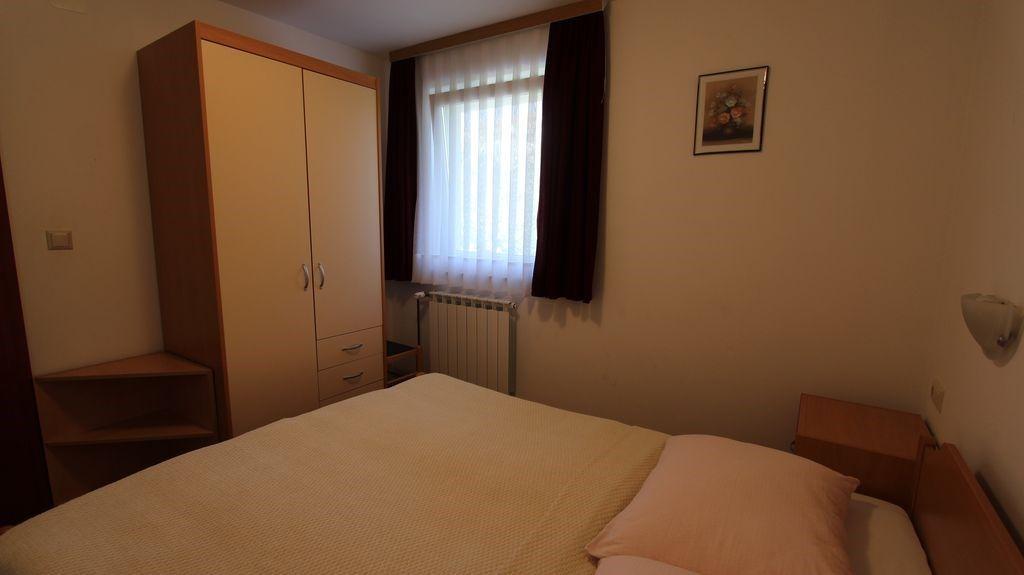 ferienwohnung mit klimaanlage und wlan in malinska f r 6 personen 2 schlafzimmer hund erlaubt. Black Bedroom Furniture Sets. Home Design Ideas