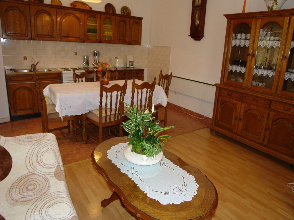 ferienwohnung mit klimaanlage in novi vinodolski f r 7 personen 2 schlafzimmer bei tourist. Black Bedroom Furniture Sets. Home Design Ideas