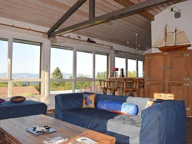 Großes Architektenhaus von 240 m2 ruhig, nur wenige Minuten von Evian  entfernt. Das Haus ist um ein großes Wohnzimmer mit Zugang zur schattigen  ...
