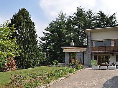 Luino, Casa Lucia, ruhige 3-Zi-Erdgeschosswohnung in Privathaus in 4000m2 grossem Garten für max. 4 Personen  mit Aussendusche