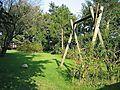Schaukel und Weidenhütte im großen Garten