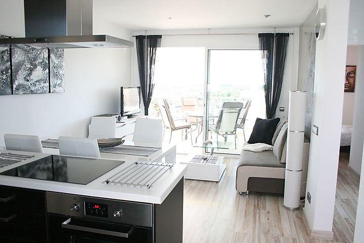 Diese ca. 80 qm große Luxus-Wohnung mit Meerblick ist ein Eckapartment und  befindet sich in der 9. Etage (oberste Etage), zu der Sie bequem mit 2 ...