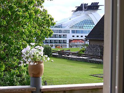 Blick  vom Balkon auf die grossen Schiffe, hier die Seaburn Quest. Von der unteren Wohnung haben Sie fast den gleichen  Ausblick.