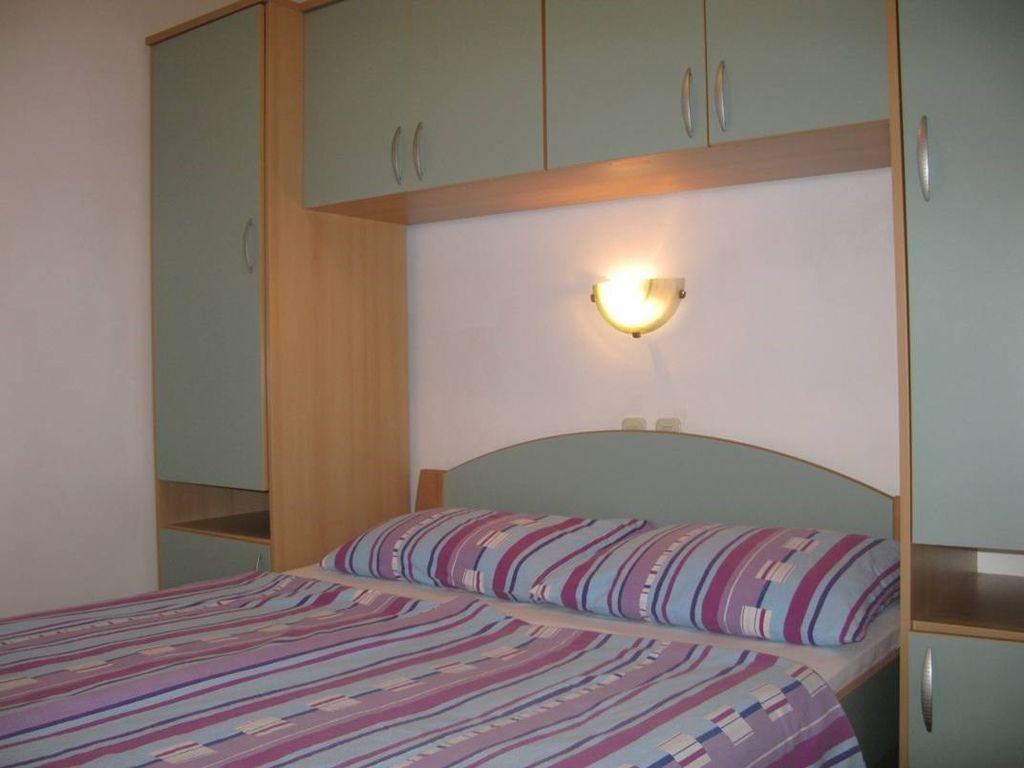 ferienwohnung mit terrasse und klimaanlage in lopar f r 4 personen 1 schlafzimmer bei tourist. Black Bedroom Furniture Sets. Home Design Ideas